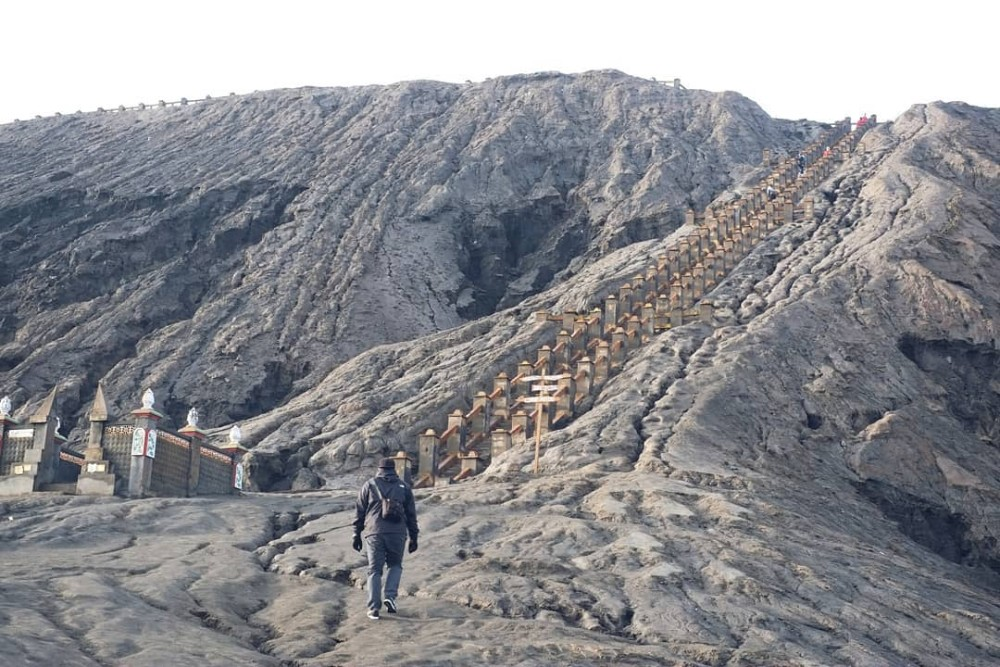 4d3n Mount Bromo Sunrise Tour Price for Malaysia and Singapore_bromo crater steps